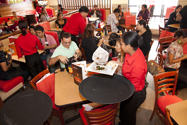 Revista scaparate panama for Oficinas de pizza hut